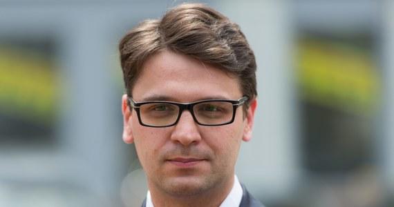 """""""To cud prawdziwy, a jeśli nie, to piramidalny przekręt! Bohater afery madryckiej poseł Mariusz Antoni Kamiński (36 l.) – obecnie już niezależny, a jeszcze niedawno w PiS – posiadł zdolność przebywania w tym samym czasie w dwóch różnych miejscach! W czerwcu tego roku był jednego dnia w delegacji krajowej i zagranicznej. Obu opłacanych oczywiście z pieniędzy podatników!"""" - czytamy w piątkowym """"Fakcie""""."""