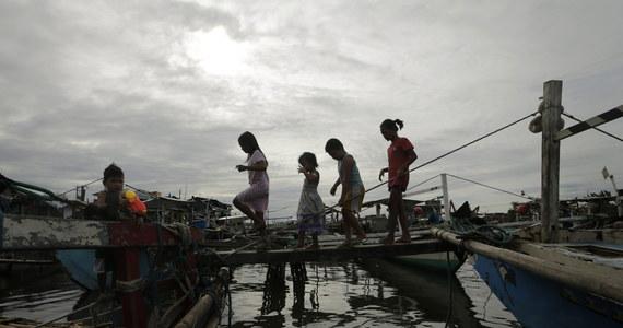 Dziesiątki tysięcy ludzi musiały ewakuować się z zagrożonych powodzią i osunięciami ziemi terenów w środkowej części Filipin w związku ze zbliżającym się do wschodnich wybrzeży tego kraju tajfunem Hagupit. Na archipelagu zamknięto wiele portów.