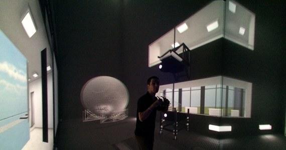 Laboratorium Zanurzonej Wizualizacji Przestrzennej zostało dziś otwarte na Politechnice Gdańskiej. Za tą tajemniczą nazwą kryją się specjalne pomieszczenie z ekranami wyświetlającymi wirtualną rzeczywistość oraz symulator chodu. To pierwsze na świecie tak zaawansowane laboratorium tego typu.