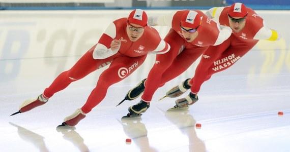 Polscy łyżwiarze szybcy wygrali piątkowy wyścig drużynowy w zawodach Pucharu Świata w Berlinie. Brązowi medaliści olimpijscy z Soczi w tej konkurencji wyprzedzili Koreańczyków i Holendrów.