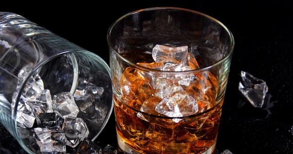 Naukowcy z edynburskiego Heriot Watt University opracowali tkaninę o zapachu whisky. Projekt jest realizowany na zlecenie dwóch słynnych szkockich marek - whisky Johnnie Walker Black Label i ręcznie tkanego na Hebrydach tweedu Harris Tweed.