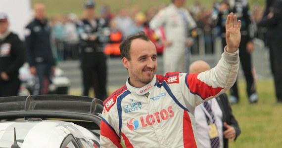 """Były kierowca Formuły 1 Robert Kubica kończy w niedzielę 30 lat. """"Nie miałem okazji poznać Roberta osobiście, ale jestem jego wielkim fanem. Od dziecka pasjonowałem się Formułą 1, a moje zainteresowanie jeszcze bardziej wzrosło, kiedy zaczął w niej startować Kubica. Po jego wypadku myślałem, że nie wróci już do ścigania. A on nie zrezygnował i wielkim wysiłkiem dążył do powrotu. Mam do niego wielki szacunek"""" – przyznaje Adam Małysz – były skoczek narciarski, a obecnie kierowca rajdowy. """"To, co wyczynia Kubica po poważnym urazie dłoni, jest najwyższej klasy majstersztykiem"""" - podkreśla """"Orzeł z Wisły""""."""