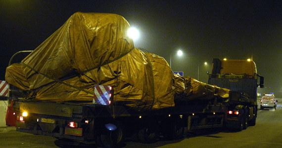 Konwój ciężarówek, które przewożą szczątki zestrzelonego malezyjskiego samolotu nie wyjedzie dziś z Polski - informuje policja. Pojazdy zatrzymały się w Żarskiej Wsi, około 7 kilometrów od granicy.