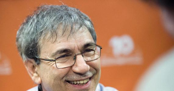 """Orhan Pamuk – znany turecki pisarz i laureat literackiej Nagrody Nobla z 2006 roku Orhan Pamuk w rozmowie z dziennikiem """"Hurriyet"""" potępił atmosferę strachu w Turcji i naciski władz na wolność prasy. """"Najgorszy jest strach. Stwierdzam, że wszyscy się boją, a to nie jest normalne. Swoboda wypowiedzi jest coraz bardziej ograniczana"""" – stwierdził prozaik."""