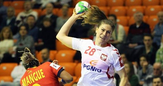 Polska przegrała w węgierskim Gyoer z Hiszpanią 22:29 (13:16) w swoim inauguracyjnym meczu mistrzostw Europy piłkarek ręcznych. Rywalki biało-czerwonych to brązowe medalistki olimpijskie z Londynu. W drugim spotkaniu grupy A ekipa gospodarzy zagra z Rosją.