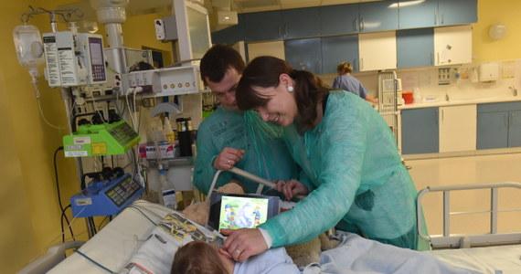 Dwuletni Adaś opuści w tym tygodniu wspólną salę oddziału intensywnej opieki medycznej. Lekarze chcą go przenieść do mniejszego pomieszczenia, gdzie będzie mógł cały czas przebywać z rodzicami. Chłopczyk w ubiegłym tygodniu został wybudzony z głębokiej hipotermii.