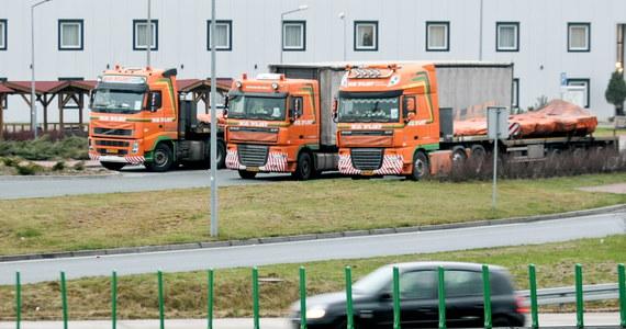Jeden konwój ciężarówek przewożący szczątki Boeinga 777 malezyjskich linii lotniczych, który w lipcu został zestrzelony w okolicach ukraińskiego Doniecka, opuścił już Polskę. Drugi w poniedziałek rano ruszył z parkingu pod Wrocławiem.