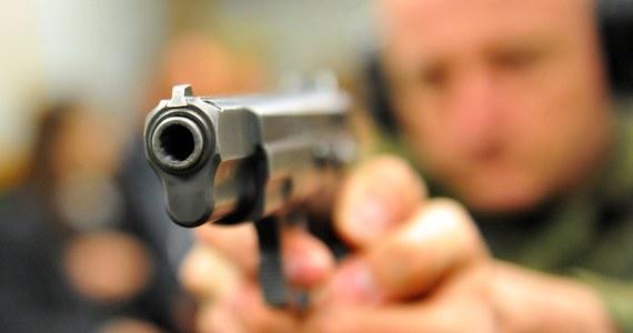 Prokuratura o trzy miesiące przedłużyła śledztwo w sprawie Rosjanina zatrzymanego w pociągu z dużą ilością nielegalnej broni. Jak dowiedział się reporter RMF FM, zwróciła się też do słupskiego sądu o przedłużenie aresztu tymczasowego wobec Aleksandra M. Decyzja w tej sprawie już zapadła.