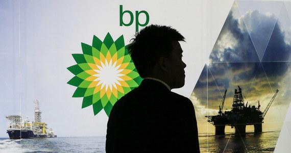 Kilkuset pracowników koncernu BP (dawne British Petroleum) straci pracę - powodem jest taniejąca ropa i rosnące koszty odszkodowań za wyciek w Zatoce Meksykańskiej. Do tej największej katastrofy ekologicznej w historii USA doszło w 2010 roku.