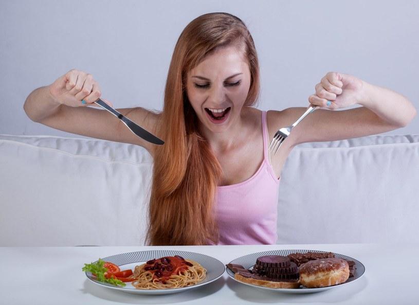 Jak należy jeść? - Każdy kęs należy przeżuwać powoli i spokojnie - wyjaśniła dietetyk Aneta Łańcuchowska. A jakie błędy najczęściej popełniamy podczas spożywania posiłków?