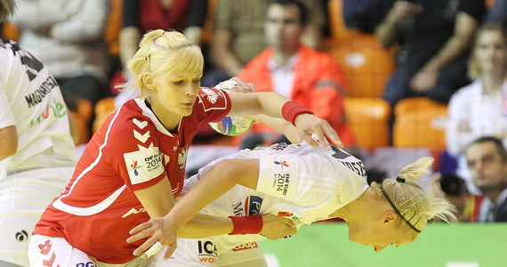 Polskie piłkarki ręczne przegrały w Gyoer z Węgierkami 23:29 (7:14) w swoim drugim meczu mistrzostw Europy. W niedzielę biało-czerwone uległy Hiszpankom 22:29 O tym, czy podopieczne Kima Rasmussena awansują z grupy A do drugiej rundy, zadecyduje czwartkowy mecz z Rosjankami. Polki muszą to spotkanie wygrać.