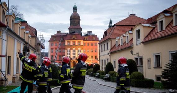 Zaprószenie ognia w czasie prac budowlanych - to wstępna przyczyna wczorajszego pożaru Zamku Książ Wałbrzychu. Zniszczone zostało poddasze i dach zabytku. Remont może pochłonąć nawet dwa miliony złotych. Policja i specjaliści przesłuchują osoby, które w czasie wczorajszego pożaru były na zamku. Ogień zniszczył wczoraj poddasze zabytku i kilkaset metrów kwadratowych dachu Zamku Książ w Wałbrzychu. Na szczęście nikomu nic się nie stało.