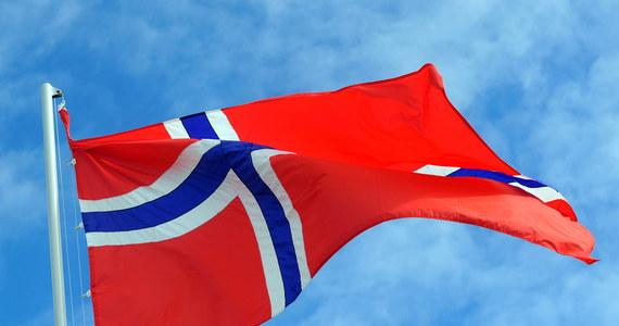 Norweska korona, w której zarabia około stu tysięcy Polaków, szybko traci na wartości. Bank centralny Norwegii przewiduje osłabienie wzrostu i zwiększenie bezrobocia.
