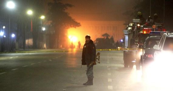 Zamachowiec samobójca zaatakował francuską szkołę średnią w stolicy Afganistanu, Kabulu, zabijając niemieckiego obywatela i raniąc 10 osób. Lokalne władze podają, że nastoletni terrorysta zdetonował materiały wybuchowe wewnątrz budynku.