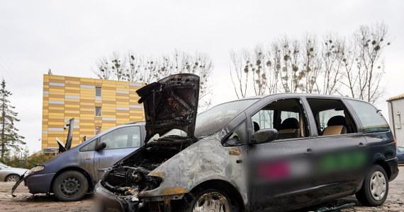 5 aut płonęło w nocy w Gdańsku. Tuż przed północą ktoś podpalił cztery samochody na ulicy Marynarki Polskiej. Pół godziny później spłonęło auto przy Jankiela.