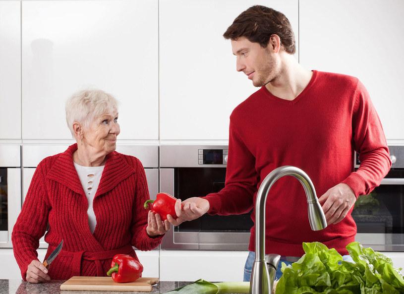Dieta dla seniora powinna być dostosowana do zmian, jakie zachodzą w organizmie człowieka po 65. roku życia. Planując jadłospis dla osób starszych, przede wszystkim trzeba wybierać produkty lekkostrawne i bogate w substancje odżywcze. Posiłki nie powinny być duże, aby nie obciążać układu pokarmowego.