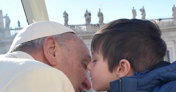 Papież Franciszek w czasie środowej audiencji na Placu Św. Piotra pocieszał chłopca, rozpaczającego po utracie ukochanego psa. Niebo jest otwarte dla wszystkich stworzeń bożych – powiedział Franciszek.