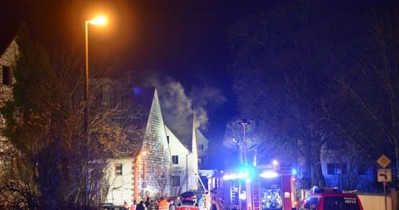 W trzech obiektach w Bawarii, w których mieli być zakwaterowani uchodźcy, wybuchły pożary. Policja podejrzewa podpalenie. Na ścianach jednego z tych budynków ktoś wymalował swastyki. Kanclerz Angela Merkel potępiła zamach.