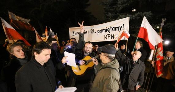 W nocy kilkadziesiąt osób demonstrowało przed domem gen. Czesława Kiszczaka na warszawskim Mokotowie. Protest zorganizowano, aby upamiętnić ofiary stanu wojennego.