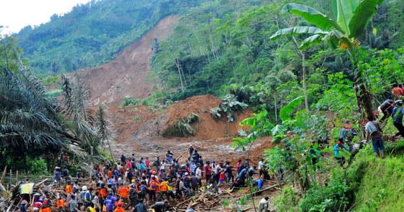 Co najmniej 7 osób zginęło a 108 zaginęło w rezultacie zejścia lawiny ziemnej w środkowej części indonezyjskiej wyspy Jawa. Setki osób zdołało się ewakuować.