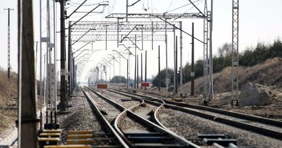 Pociąg TLK relacji Lublin-Szklarska Poręba utknął na ponad godzinę za stacją Warszawa-Włochy, po tym jak został skierowany na zły tor. Specjalna komisja wyjaśni, dlaczego doszło do takiej sytuacji.