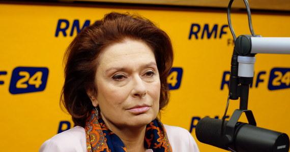 """""""Źle interpretujemy intencje pani premier. Nie ma powodów do przeprosin, bo o nic nie oskarżyła Jarosława Kaczyńskiego, nie nawiązywała do lojalki"""" - mówi o słowach premier, która rzekomo nawiązała do podpisania przez lidera PiS deklaracji lojalności, minister w Kancelarii Premiera Małgorzata Kidawa-Błońska w Kontrwywiadzie RMF FM. """"Słowa Kopacz, to było nawiązanie do tego, że dzisiaj możemy swobodnie demonstrować, mieć nawet głupie hasła na transparentach i robić, co chcemy. Całe wystąpienie dotyczyło tego, że nie można porównywać dzisiejszych czasów ze stanem wojennym"""" - komentuje Kidawa-Błońska."""