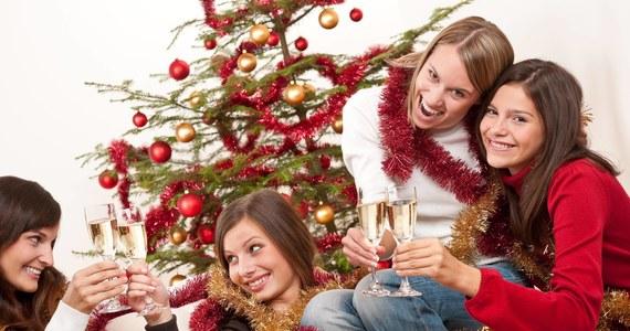 """Przed Wami wigilia u teściowych, macie w planach firmowe """"christmas party"""" i nie wiecie, w co się ubrać? Stylistka Monika Jurczyk """"OSA"""" radzi, jak poradzić sobie z wigilijnym dress codem. Przeczytajcie czego unikać, co podkreślić i jak podejść do ubierania się w święta - wystarczy parę drobnych zmian, żeby sprawić, że nasze ubranie będzie wyglądać świątecznie i elegancko!"""