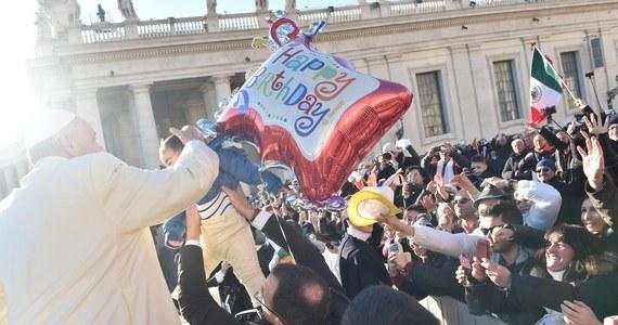 Tysiące wiernych zebranych na ostatniej w tym roku audiencji generalnej pozdrawiały papieża Franciszka z okazji jego przypadających tego dnia 78. urodzin. Życzenia złożono mu w kilku językach, także po polsku. Na placu Św. Piotra odtańczono tango na jego cześć.