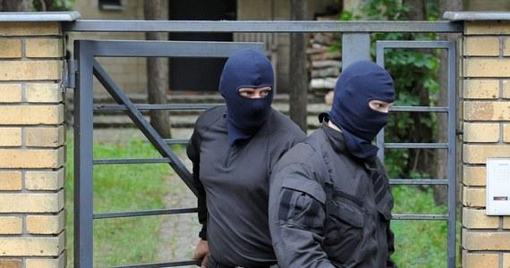 """""""W 2003 roku zagrożenie terrorystyczne było poważne"""" - mówi w rozmowie z RMF FM Andrzej Barcikowski, były szef ABW. """"Na terenie Polski pojawiła się grupa dziwnie zachowujących się osób, która przyjechała z północnych Niemiec. Byli to w większości ludzie pochodzenia północnoafrykańskiego. Bardzo poważnie braliśmy pod uwagę scenariusz zamachu terrorystycznego, przeprowadzonego przez nich"""" - dodaje. """"Braliśmy pod uwagę zamach terrorystyczny w kościołach. Braliśmy pod uwagę atak w hotelu podczas zabawy sylwestrowej"""" - mówi Barcikowski."""