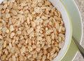 Ryż dmuchany z sosem orzechowym i rodzynkami