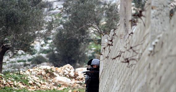 """Dżihadyści z Państwa Islamskiego (IS) zamordowali w Syrii 100 zagranicznych bojowników, którzy próbowali uciec z miasta Ar-Rakka - informuje dziennik """"Financial Times"""". Gazeta powołuje się na anonimowego aktywistę, który jest przeciwnikiem reżimu w Damaszku i Państwa Islamskiego."""