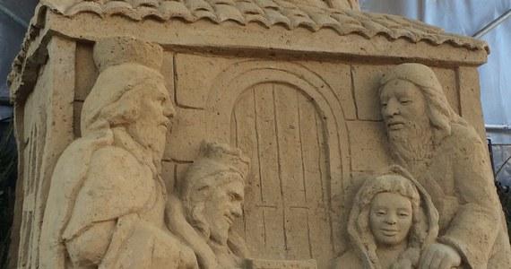 Mieszkańcy Gdańska są zachwyceni szopką z piasku, która stoi przy jednej z ulic w Oliwie. Ma mniej więcej 4 metry wysokości. Do jej przygotowania użyto około 60 ton piasku i gliny.