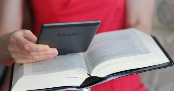 Zamiłowanie do wieczornej lektury z pomocą podświetlanych czytników książek, tak zwanych e-booków, może źle wpływać na sen - przestrzegają naukowcy z Brigham and Women's Hospital w Bostonie. Ich badania pokazują, że niebieskie światło stosowanych w nich diod LED może zakłócać nasz zegar biologiczny i sprawiać, że następnego dnia będziemy niewyspani.