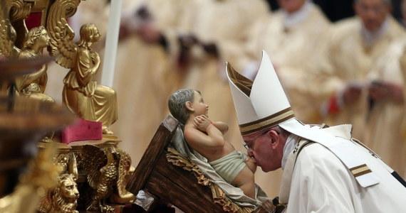 Podczas pasterki w Watykanie papież Franciszek powiedział, że świat naznaczony przemocą, wojnami, nienawiścią i prześladowaniami potrzebuje czułości. Mówił, że światła Bożego Narodzenia nie dostrzegą ludzie pyszni, zarozumiali i zamknięci w sobie.