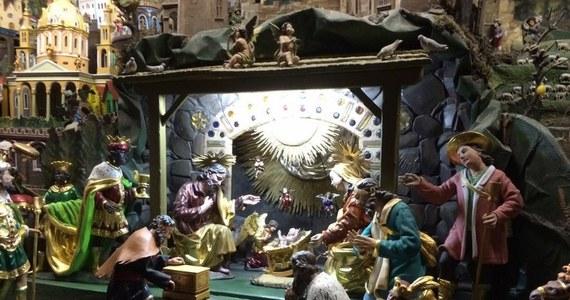Może być miniaturowa, może być konstrukcją rzeczywistej wielkości. Szopki bożonarodzeniowe to makiety przedstawiające wnętrze stajni betlejemskiej, w której narodził się Jezus Chrystus. W każdej szopce znajdują się mały Jezus, Maria i Józef. Najczęściej pojawiają się także postaci Trzech Mędrców, pasterzy, a także bydło i owce, Gwiazda Betlejemska oraz anioły. W Boże Narodzenie w Faktach RMF FM i na RMF 24 odwiedziliśmy najpiękniejsze polskie szopki. Zapraszamy na wirtualną wycieczkę!