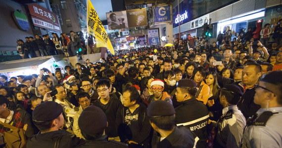 Na ulicach Hongkongu ponownie pojawili się demonstranci. Domagają się reform demokratycznych. W nocy policja aresztowała 37 osób w dzielnicy Mong Kok. Wcześniej, w środę wieczorem zatrzymano 12 osób.