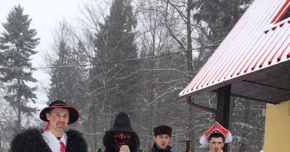 Dziś na ulice w Zwardoniu w Beskidzie Żywieckim wyszli kolędnicy. Jak każe tradycja, kolędują zawsze w dzień św. Szczepana.