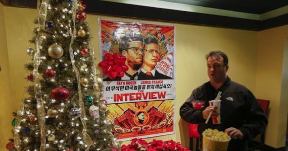"""""""Wywiad ze Słońcem Narodu"""" - kontrowersyjna komedia o zamachu na przywódcę Korei Północnej Kim Dzong Una w pierwszym dniu wyświetlania w ograniczonej dystrybucji zarobiła ponad 1 milion dolarów - poinformował producent filmu, wytwórnia Sony Pictures. W ubiegłym tygodniu Sony zawiesiła ogólnokrajową dystrybucję """"Wywiadu ze Słońcem Narodu"""" (""""The Interview"""") na skutek ataku hakerskiego, a także gróźb pod adresem największych sieci kinowych w USA i Kanadzie."""