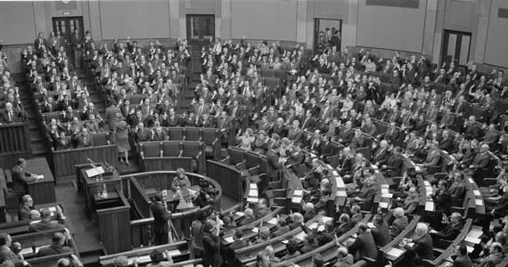 25 lat temu, 29 grudnia 1989 roku, Sejm uchwalił ustawę o zmianie Konstytucji Polskiej Rzeczypospolitej Ludowej, przywracając historyczną nazwę państwa - Rzeczpospolita Polska oraz dawne godło - orła w koronie. Za nowelizacją głosowało 374 posłów, 11 wstrzymało się od głosu, a tylko jeden był przeciwny - poseł z PZPR.