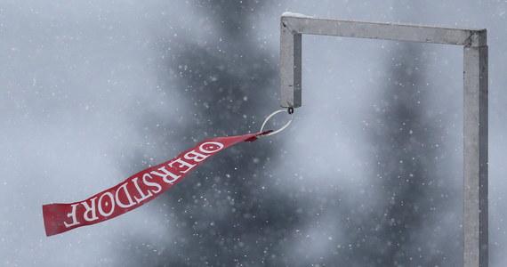 Z powodu opadów śniegu i zbyt silnego wiatru odwołano niedzielny konkurs narciarskiego Turnieju Czterech Skoczni w niemieckim Oberstdorfie. Decyzją jury zawody przeniesiono na poniedziałek na godz. 17.30.
