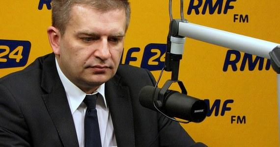 """""""Trzeba skończyć ten chocholi taniec na przełomie roku. Negocjator z Porozumienia Zielonogórskiego powiedział mi, że 'dodatkowe pieniądze należą nam się, jak psu buda'. Mówię jasno: nie można szantażować pacjentów. Dzieje się to od kilkunastu lat"""" – mówi o negocjacjach z Porozumieniem Zielonogórskim, minister zdrowia Bartosz Arłukowicz w Kontrwywiadzie RMF FM. """"Mam wrażenie, że pogubiliśmy się w tej rozmowie, bo oczekiwanie ze strony PZ jest właściwie tylko pieniędzy."""