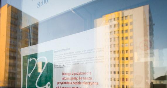 Minister Zdrowia i prezes NFZ złamali konstytucję - twierdzi Ogólnopolski Związek Zawodowy Lekarzy po informacjach o fiasku negocjacji resortu z Porozumieniem Zielonogórskim w sprawie finansowania leczenia na przyszły rok. Od 2 stycznia 2015 roku zamkniętych może być nawet dwa i pół tysiąca gabinetów Podstawowej Opieki Zdrowotnej.