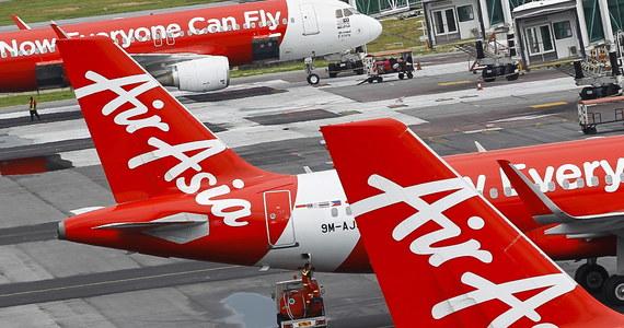 """Pilot, który jako pierwszy zauważył szczątki malezyjskiego samolotu AirAsia powiedział w rozmowie z indonezyjską gazetą """"Kompas"""", że trzy zmarłe osoby, które odnaleziono w wodzie, trzymały się za ręce. O sprawie pisze """"The Independent"""". Airbus A320 zniknął z radarów w niedzielę. Wiadomo, że maszyna się rozbiła. Do tej pory wyłowiono 40 ciał pasażerów, które odnaleziono w wodach Morza Jawajskiego."""