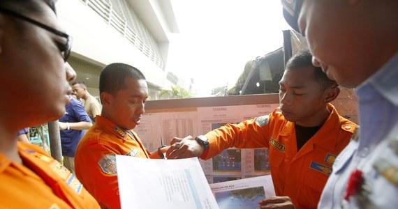 Z Morza Jawajskiego, w pobliżu Borneo, wydobyto kolejne trzy ciała ofiar katastrofy samolotu malezyjskich linii AirAsia - poinformował szef indonezyjskich służb ratowniczych Bambang Sulistyo. W środę rano (czasu lokalnego) wznowiono akcję poszukiwawczą, którą jednak utrudniają silny wiatr i wysokie fale.