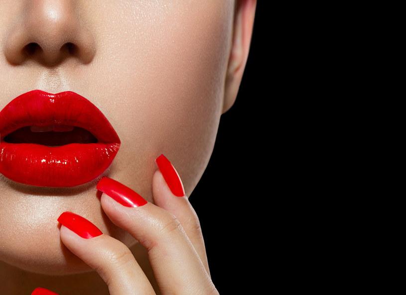 Tej zimy nie trzeba wybierać między intensywnym makijażem ust i mocno kolorowymi powiekami. Mocne oko w odcieniach fuksji lub umalowane techniką smoky eyes to idealny duet z karminowymi wargami. Regularny peeling i nawilżanie sprawią, że kolor będzie równomiernie rozłożony, a pomadka będzie się trzymać dłużej.