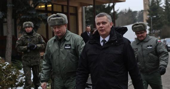 """""""Rok 2014 to rok bardzo trudny, rok zupełnie nowych wyzwań. W 25-leciu polskiej wolności kryzys u naszych granic skupił naszą uwagę na kwestiach bezpieczeństwa"""" - powiedział szef MON Tomasz Siemoniak, podsumowując ostatnie 12 miesięcy. """"W moim najgłębszym przekonaniu Polska jest bezpieczna, ale to bezpieczeństwo nie spada z nieba"""" – dodał, podkreślając znaczenie służby i pracy tysięcy żołnierzy."""