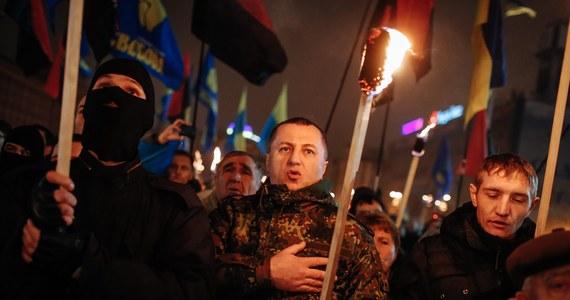 W Kijowie, a także w innych miastach Ukrainy, w tym we Lwowie i w Odessie, zorganizowano marsze z pochodniami pamięci w 106. rocznicę przywódcy ukraińskich nacjonalistów Stepana Bandery.