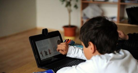 We wrześniu 2015 roku do szkół mają trafić e-podręczniki. Ma ich być łącznie 64 - do wszystkich 14 przedmiotów wykładanych w procesie nauczania ogólnokształcącego. Prace nad nimi trwały trzy lata.