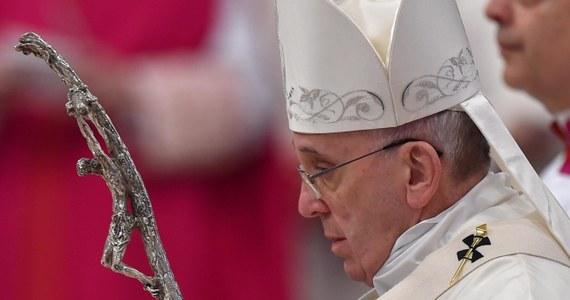 """Włosi tracą zaufanie do wszystkich instytucji państwa, partii politycznych oraz Unii Europejskiej – pokazuje raport Instytutu Badań Społecznych Demos """"Włosi i państwo"""". Okazuje się, że według mieszkańców Italii osobą godną zaufania jest za to papież Franciszek."""