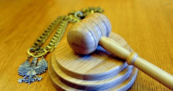 Poznański sąd rejonowy skazał na 3 lata więzienia ginekologa Piotra M. Mężczyzna przeprowadzał poród, w wyniku którego pacjentka oraz jej córka zmarły. Sąd uznał, że doszło w tym wypadku do umyślnego narażenia na utratę życia.